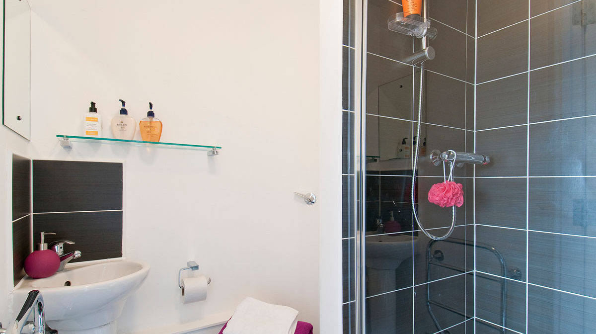 Chelsea Residence Accommodation - En Suite Bathroom